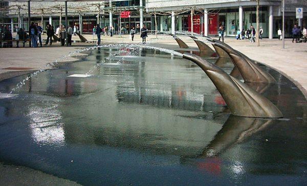 Kassel Königsplatz mit Glasfaserkabel beleuchtete Bronzefiguren und Hohlstrahldüsen