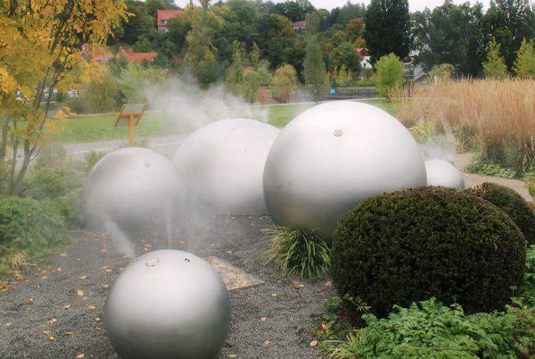 Schmalkalden, Landesgartenschau Edelstahlkugeln mit Nebel